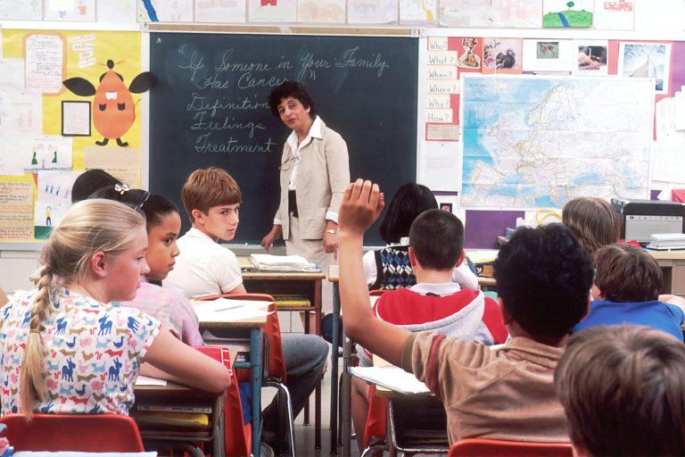 teacher speaking to school children in an asthma friendly school